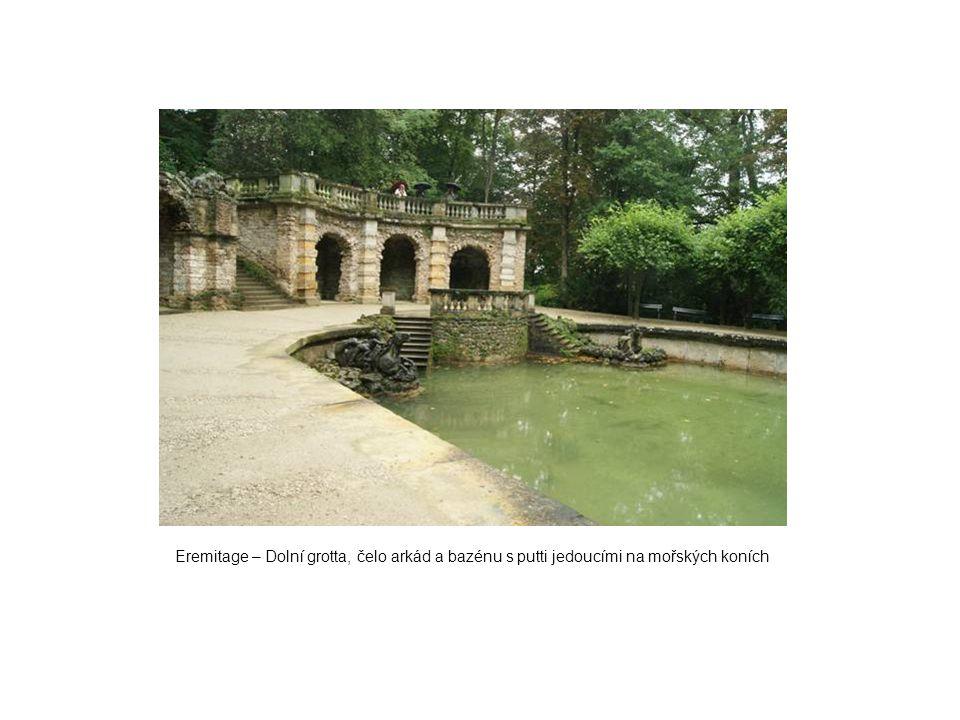 Eremitage – Dolní grotta, čelo arkád a bazénu s putti jedoucími na mořských koních
