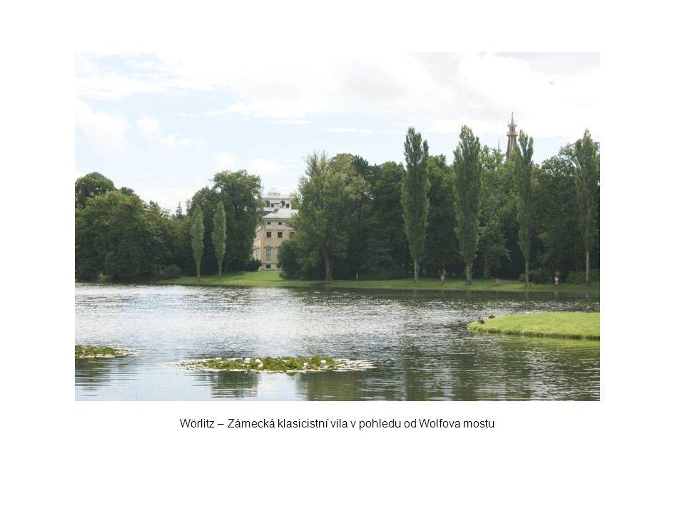 Wörlitz – Zámecká klasicistní vila v pohledu od Wolfova mostu
