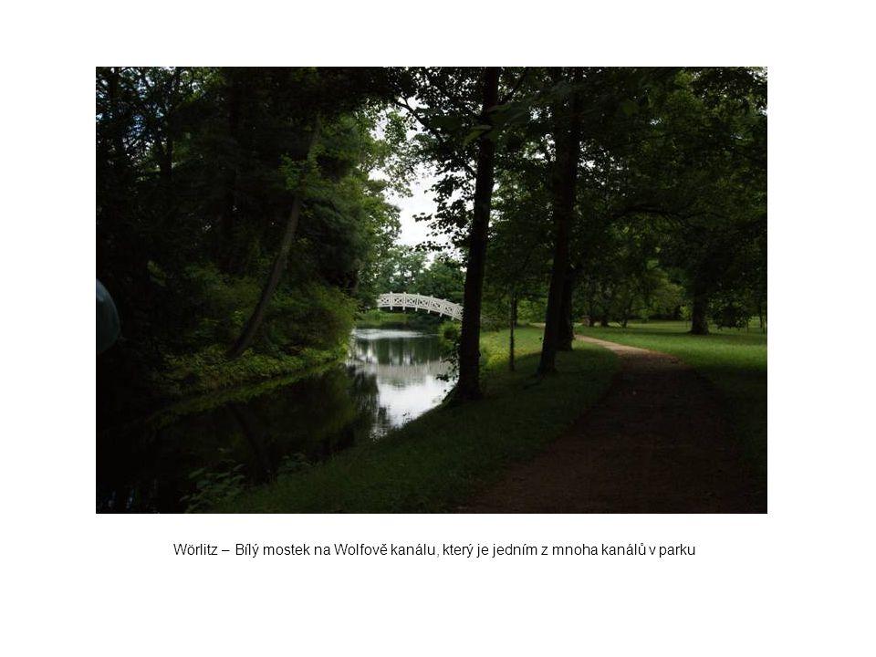 Wörlitz – Bílý mostek na Wolfově kanálu, který je jedním z mnoha kanálů v parku