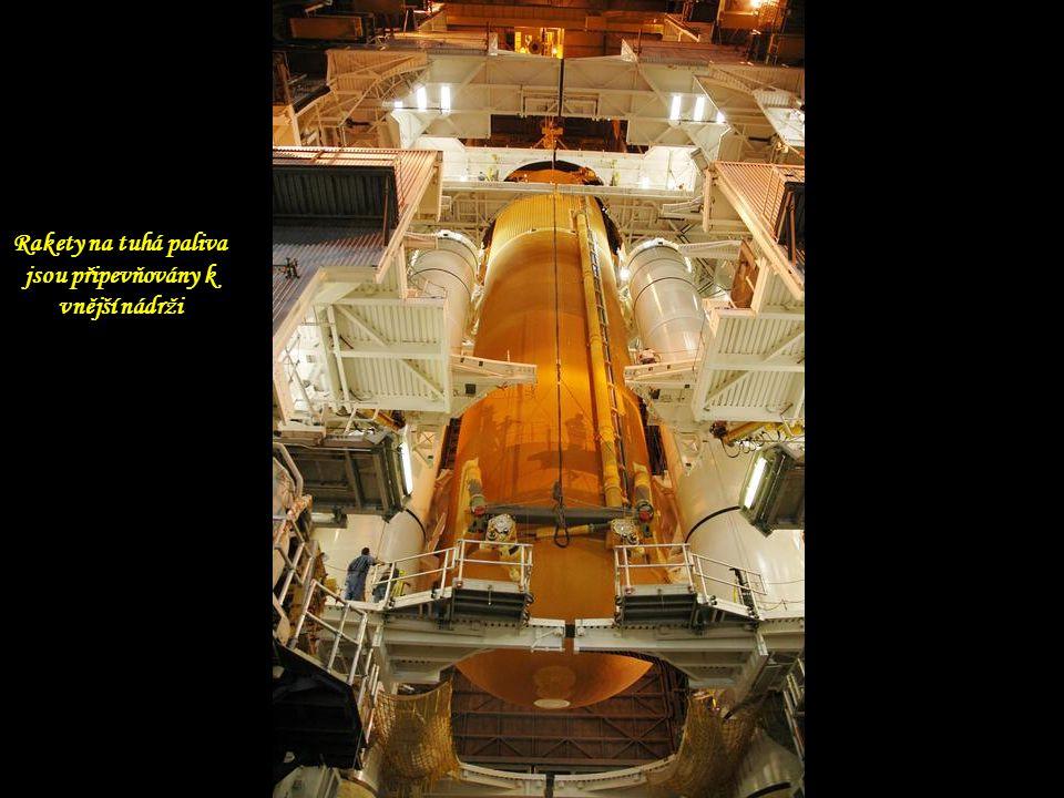 Rakety na tuhá paliva jsou připevňovány k vnější nádrži