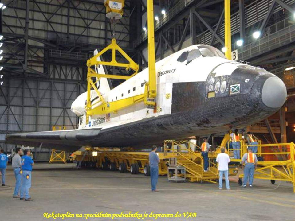 Raketoplán na speciálním podvalníku je dopraven do VAB