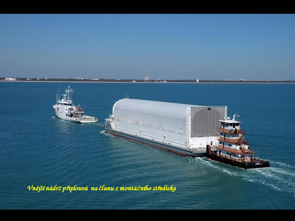 Vnější nádrž připlouvá na člunu z montážního střediska
