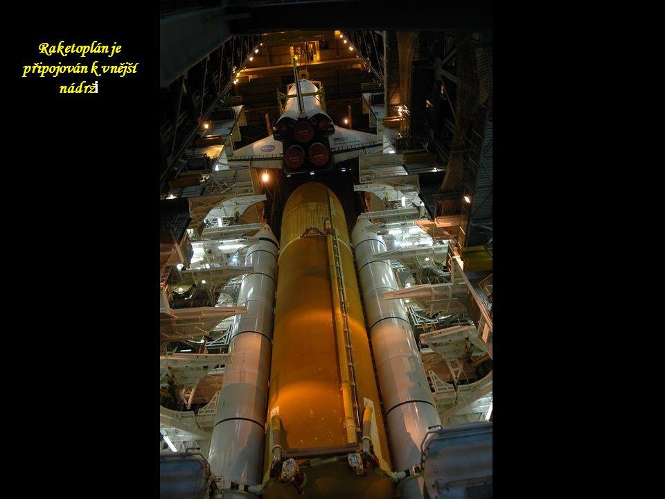 Raketoplán je připojován k vnější nádrž i