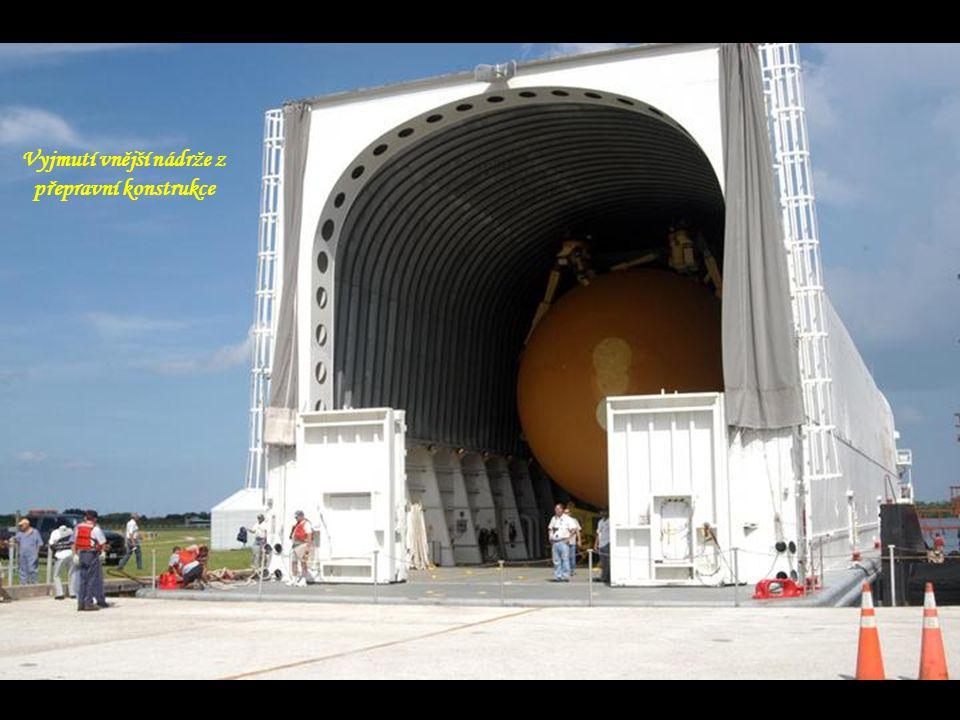 Raketoplán Discovery s raketami a vnější nádrži opouští VAB
