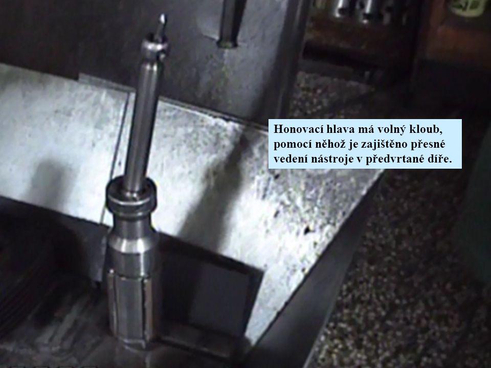 Honovací hlava má volný kloub, pomocí něhož je zajištěno přesné vedení nástroje v předvrtané díře.