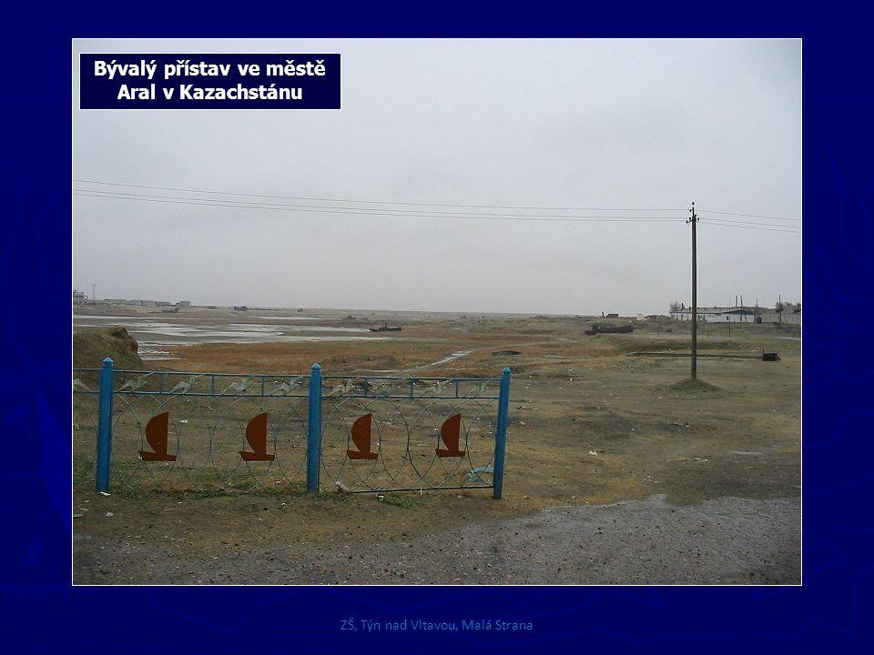 Bývalý přístav ve městě Aral v Kazachstánu