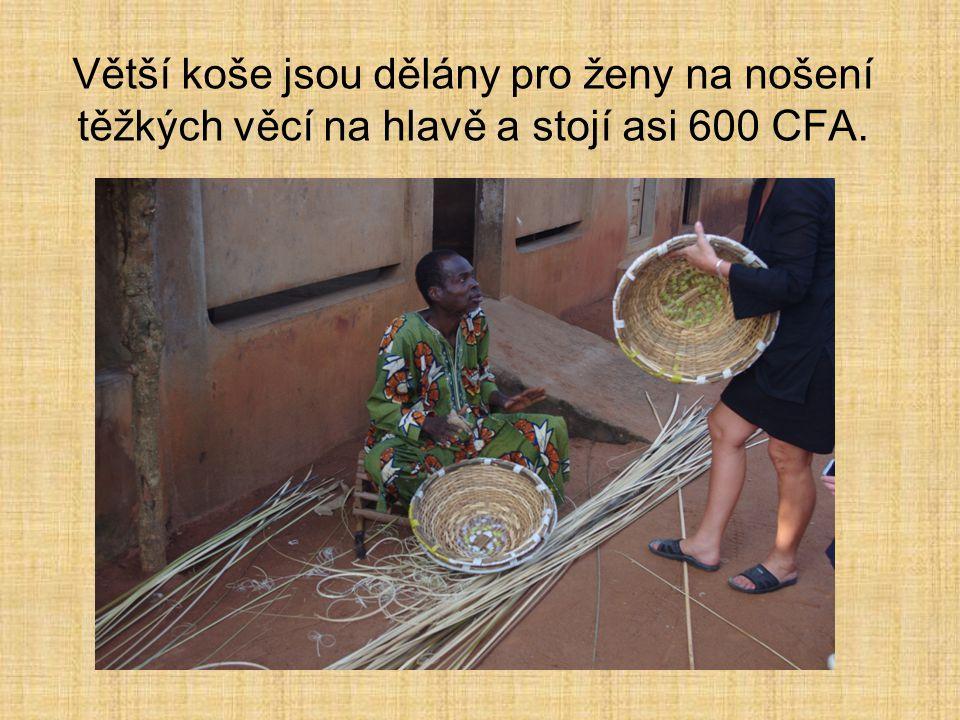 Větší koše jsou dělány pro ženy na nošení těžkých věcí na hlavě a stojí asi 600 CFA.
