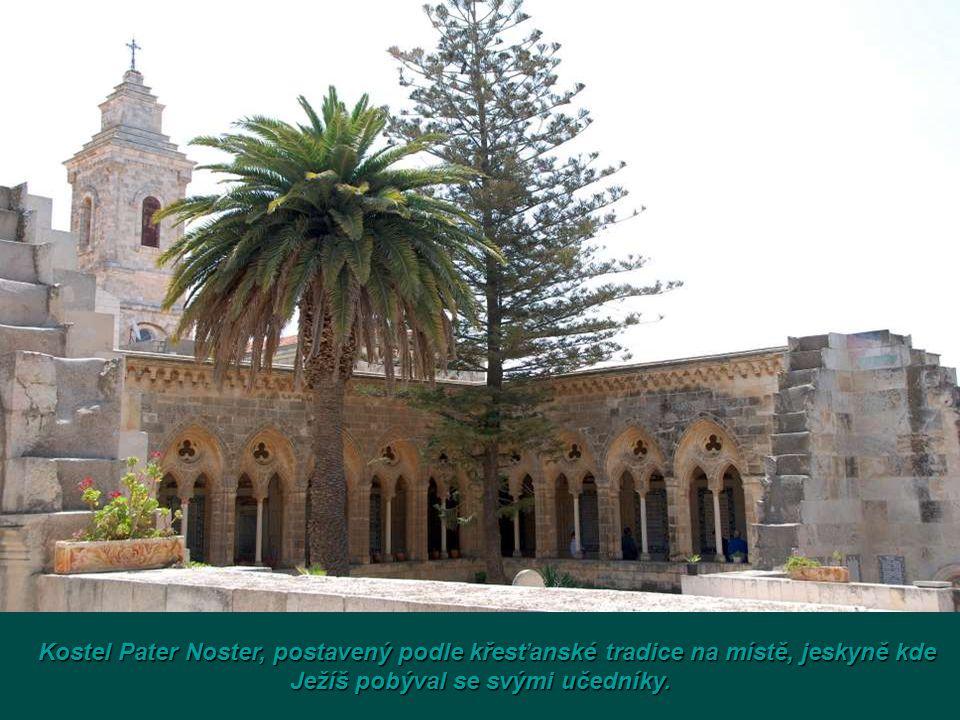 Pohled z Olivové horyna starý Jeruzalém s chrámem Skalního dómu.