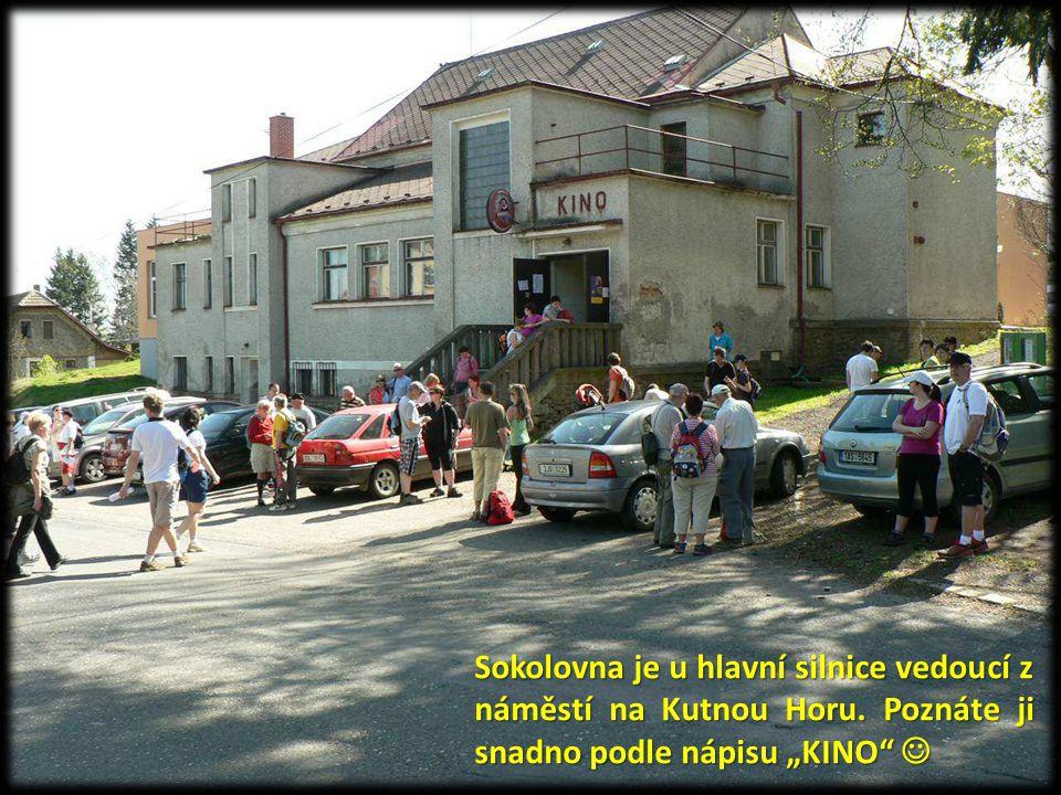 """Sokolovna je u hlavní silnice vedoucí z náměstí na Kutnou Horu. Poznáte ji snadno podle nápisu """"KINO"""" Sokolovna je u hlavní silnice vedoucí z náměstí"""
