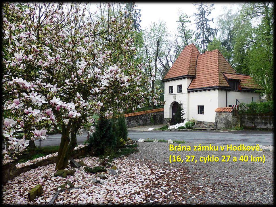 Brána zámku v Hodkově. (16, 27, cyklo 27 a 40 km)