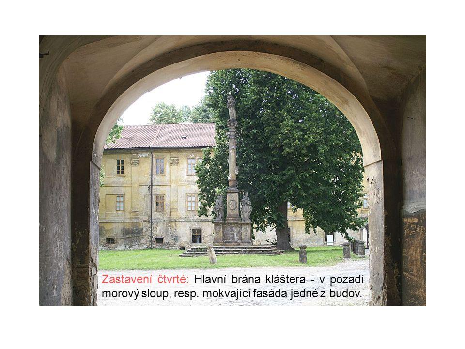 Zastavení čtvrté: Hlavní brána kláštera - v pozadí morový sloup, resp.