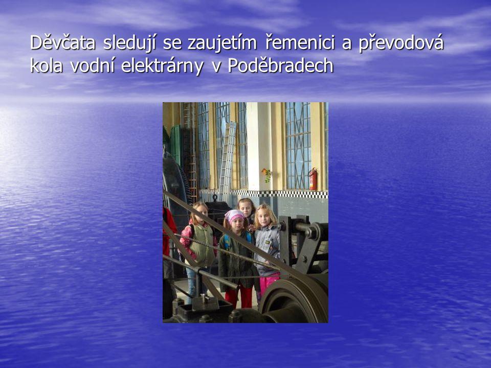 Děvčata sledují se zaujetím řemenici a převodová kola vodní elektrárny v Poděbradech