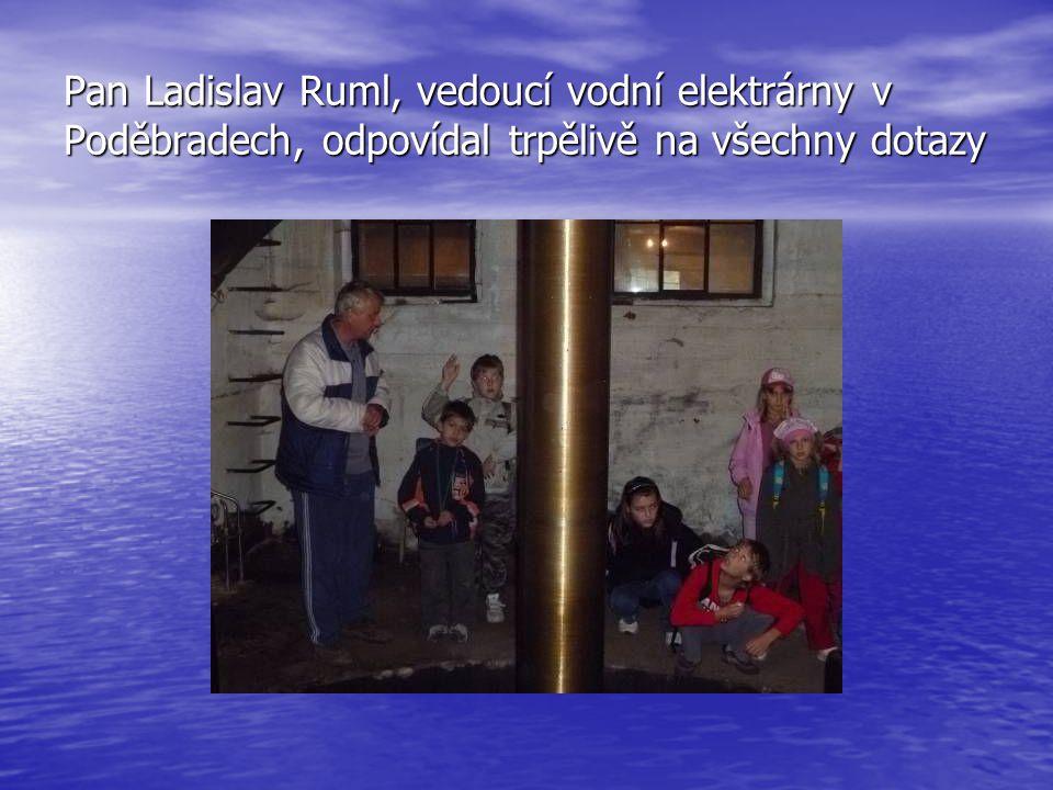 Pan Ladislav Ruml, vedoucí vodní elektrárny v Poděbradech, odpovídal trpělivě na všechny dotazy