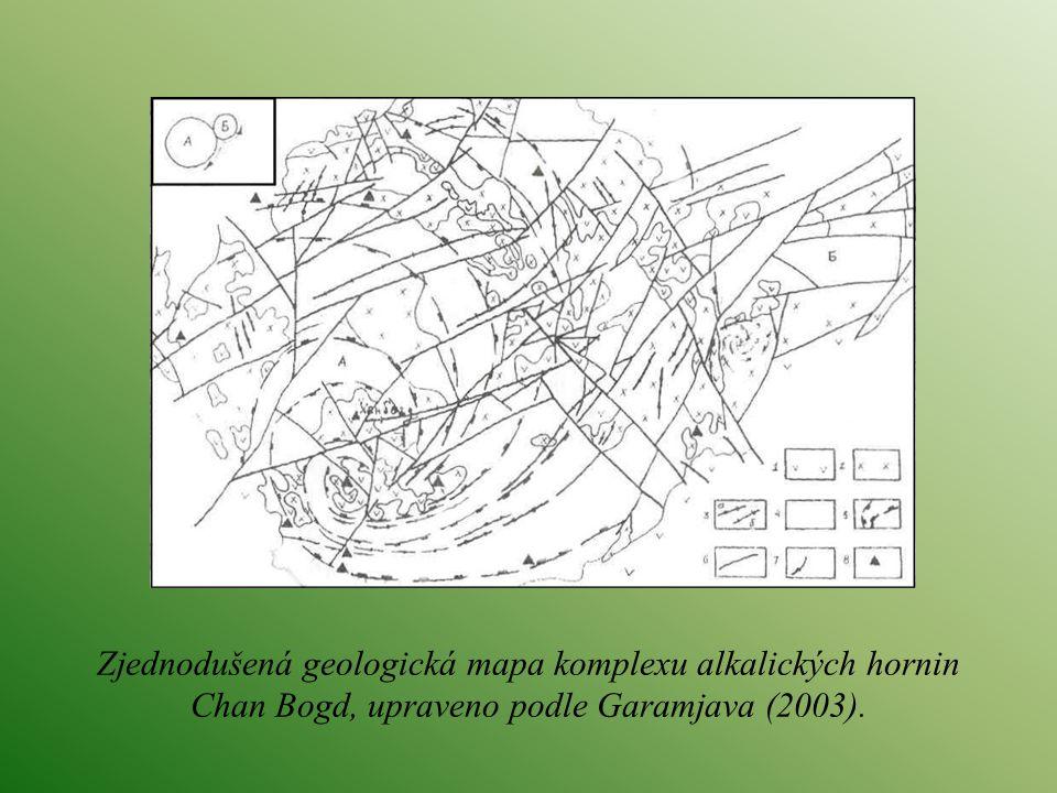 Zjednodušená geologická mapa komplexu alkalických hornin Chan Bogd, upraveno podle Garamjava (2003).