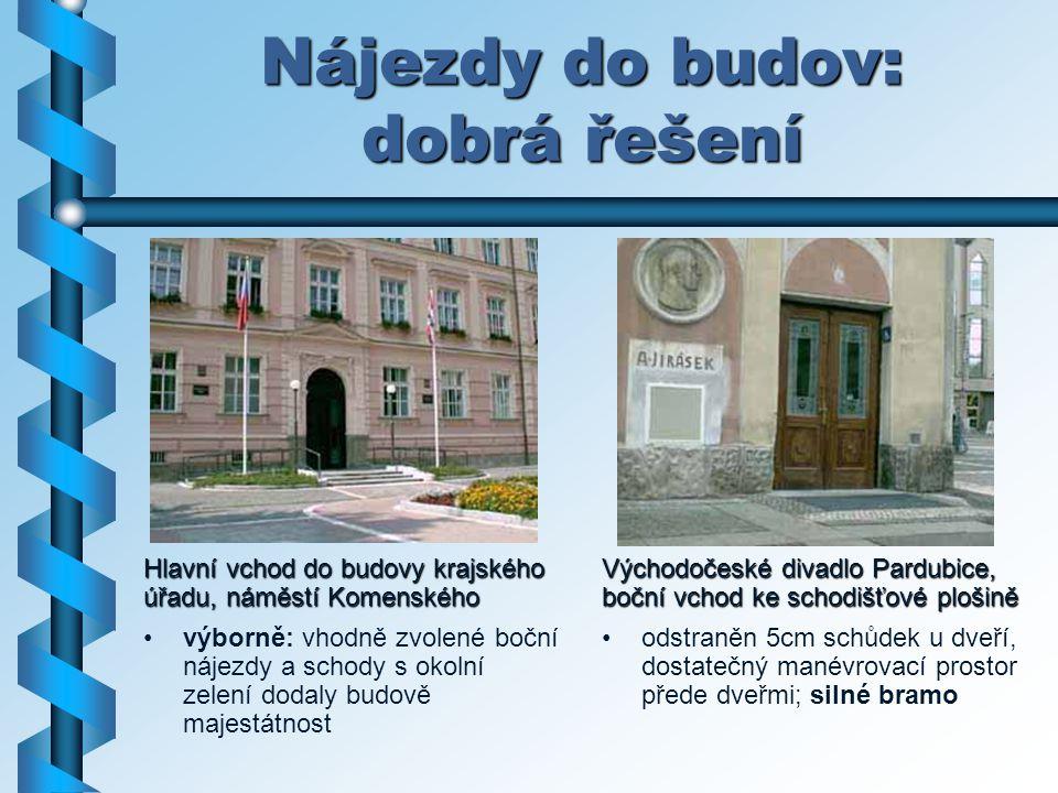 Nájezdy do budov: dobrá řešení Hlavní vchod do budovy krajského úřadu, náměstí Komenského výborně: vhodně zvolené boční nájezdy a schody s okolní zele