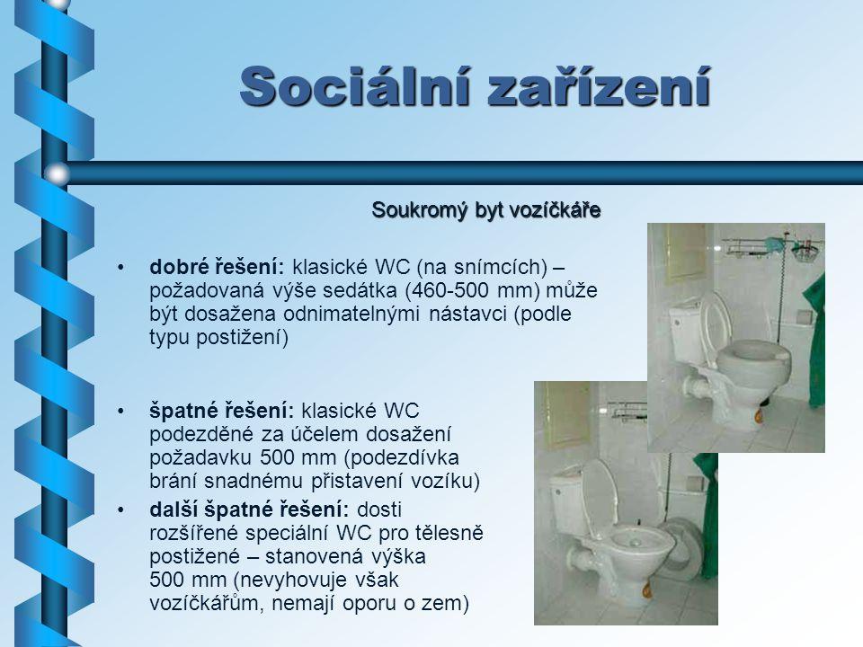 Sociální zařízení dobré řešení: klasické WC (na snímcích) – požadovaná výše sedátka (460-500 mm) může být dosažena odnimatelnými nástavci (podle typu
