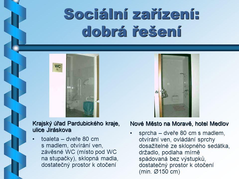 Sociální zařízení: dobrá řešení Nové Město na Moravě, hotel Medlov sprcha – dveře 80 cm s madlem, otvírání ven, ovládání sprchy dosažitelné ze sklopné