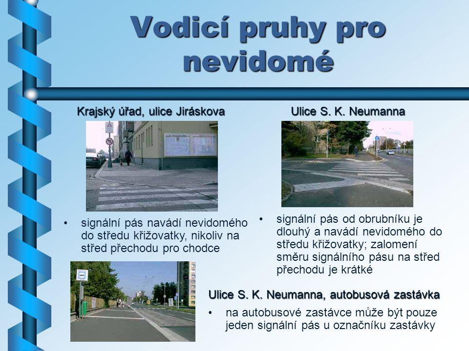 Vodicí pruhy pro nevidomé Ulice S. K. Neumanna, autobusová zastávka na autobusové zastávce může být pouze jeden signální pás u označníku zastávky sign