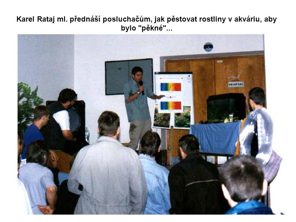 Karel Rataj ml. přednáší posluchačům, jak pěstovat rostliny v akváriu, aby bylo