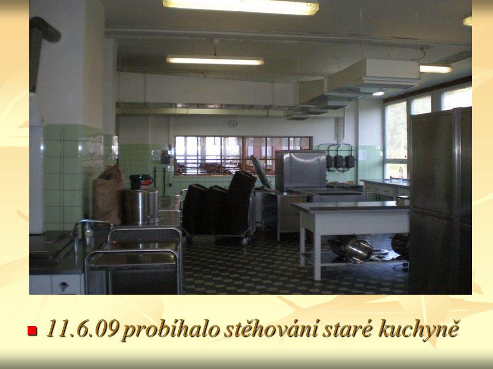 11.6.09 probíhalo stěhování staré kuchyně 11.6.09 probíhalo stěhování staré kuchyně