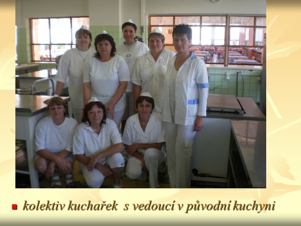 kolektiv kuchařek s vedoucí v původní kuchyni kolektiv kuchařek s vedoucí v původní kuchyni