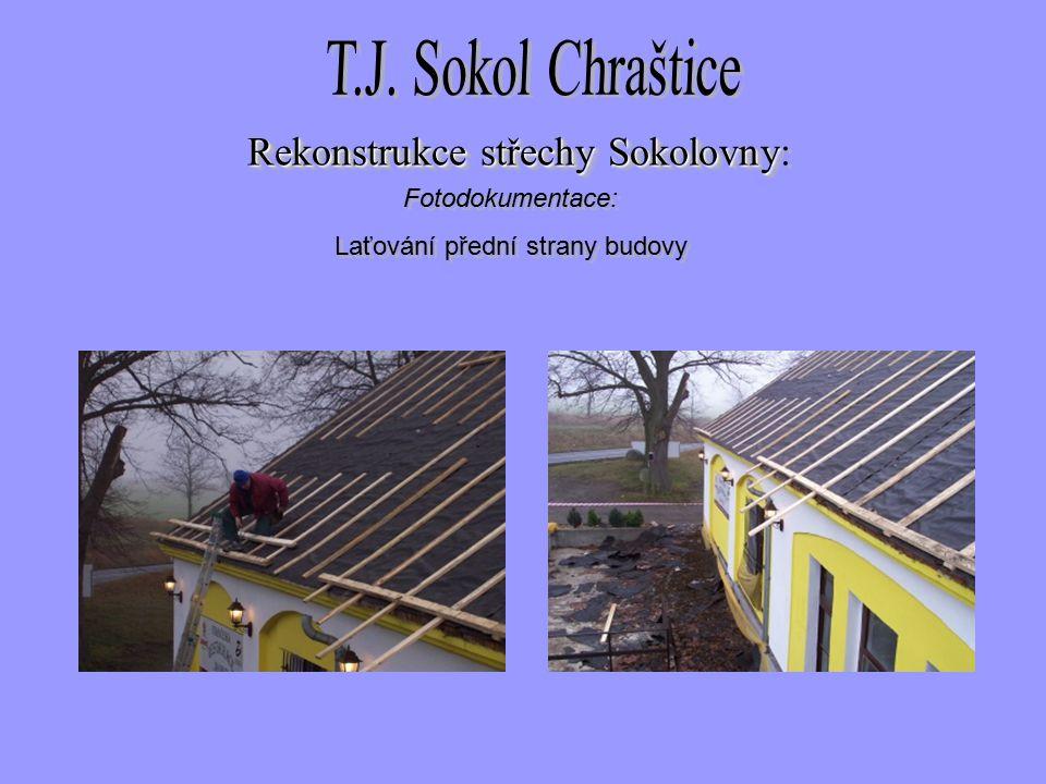 Fotodokumentace: Laťování přední strany budovy Fotodokumentace: Laťování přední strany budovy Rekonstrukce střechySokolovny Rekonstrukce střechy Sokolovny: