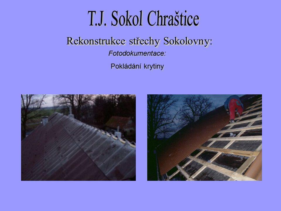 Fotodokumentace: Pokládání krytiny Fotodokumentace: Pokládání krytiny Rekonstrukce střechySokolovny Rekonstrukce střechy Sokolovny: