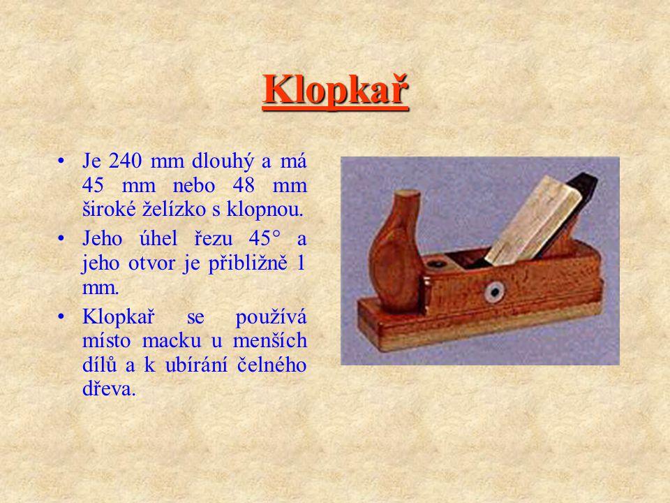 Macek Macek je 550 mm nebo 480 mm dlouhý hoblík s 54 mm nebo 48 mm širokým želízkem s klopnou. Používá se k vytváření rovných dřevěných ploch, drážek