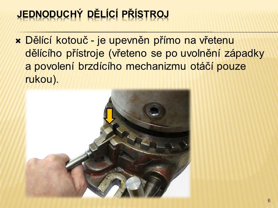  Dělící kotouč - je upevněn přímo na vřetenu dělícího přístroje (vřeteno se po uvolnění západky a povolení brzdícího mechanizmu otáčí pouze rukou).