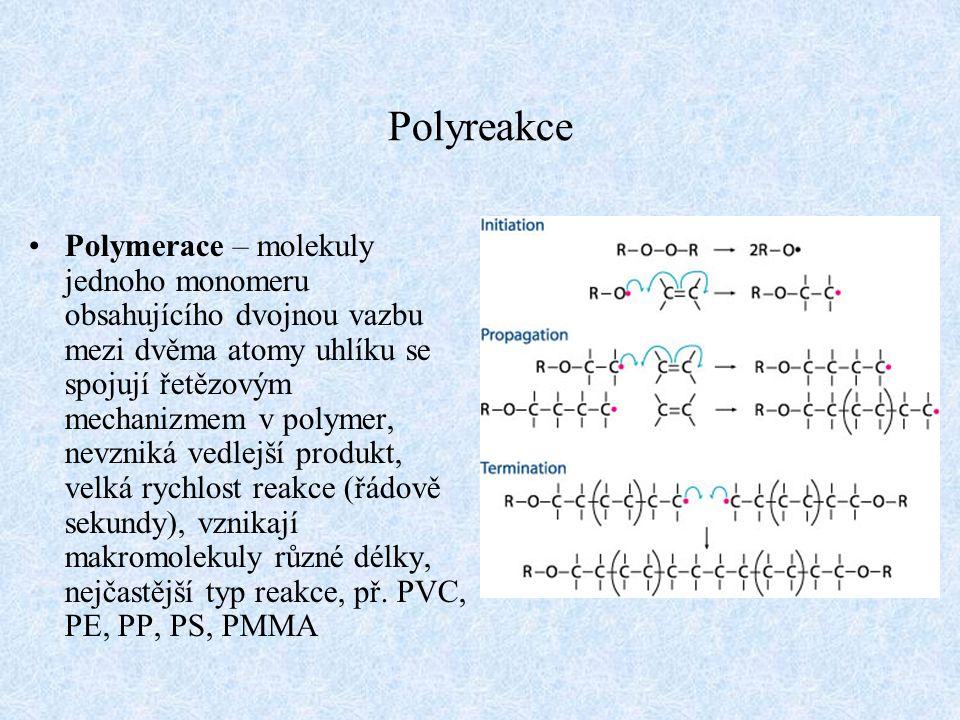 Polyreakce Polymerace – molekuly jednoho monomeru obsahujícího dvojnou vazbu mezi dvěma atomy uhlíku se spojují řetězovým mechanizmem v polymer, nevzn