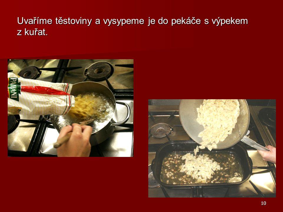 10 Uvaříme těstoviny a vysypeme je do pekáče s výpekem z kuřat.