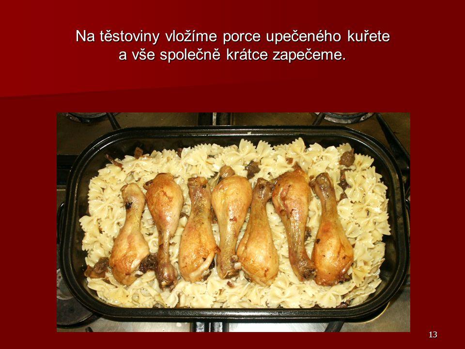 13 Na těstoviny vložíme porce upečeného kuřete a vše společně krátce zapečeme.
