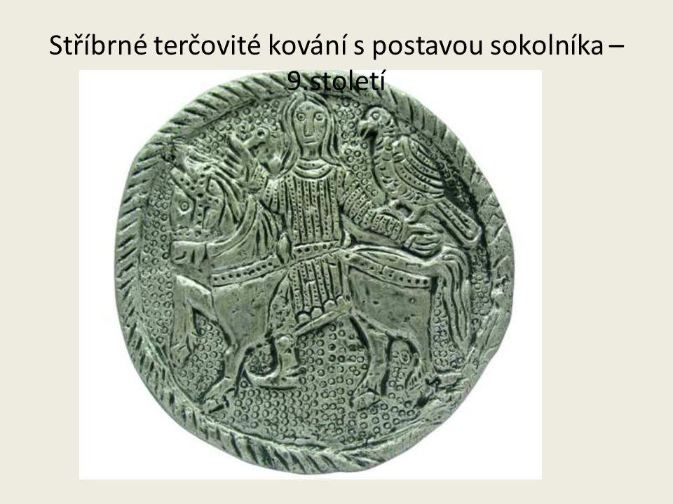 Stříbrné terčovité kování s postavou sokolníka – 9.století