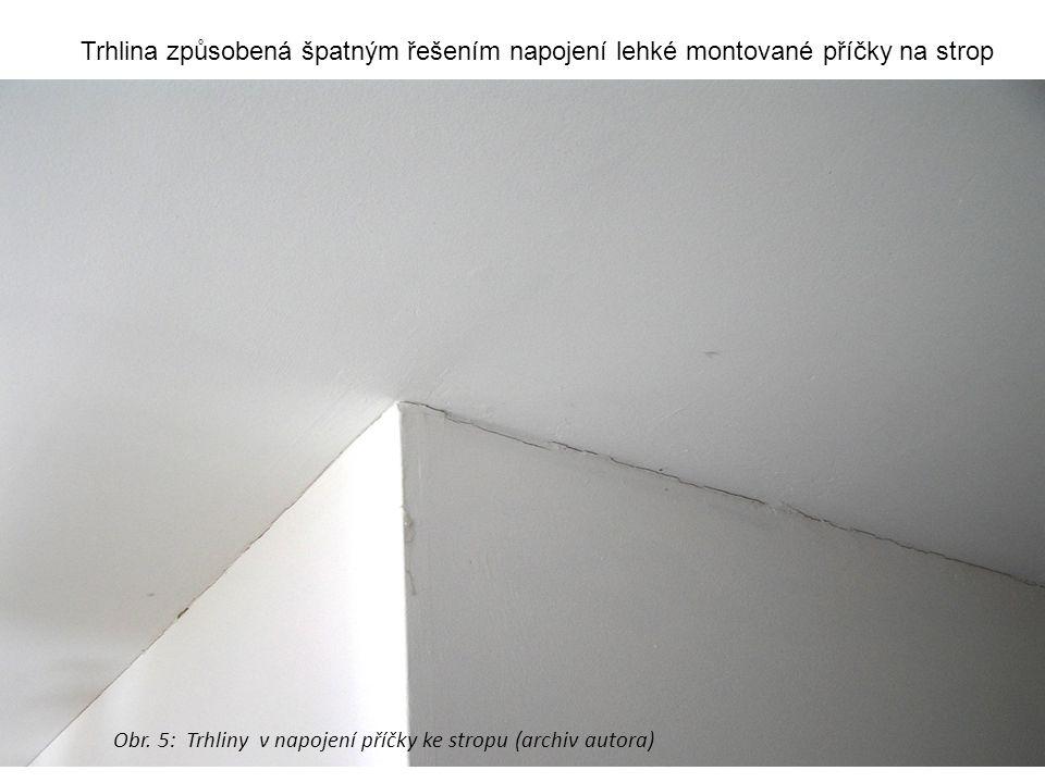 Trhlina způsobená špatným řešením napojení lehké montované příčky na strop Obr. 5: Trhliny v napojení příčky ke stropu (archiv autora)