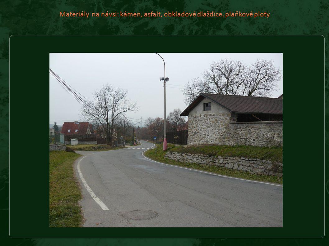 Materiály na návsi: kámen, asfalt, obkladové dlaždice, plaňkové ploty