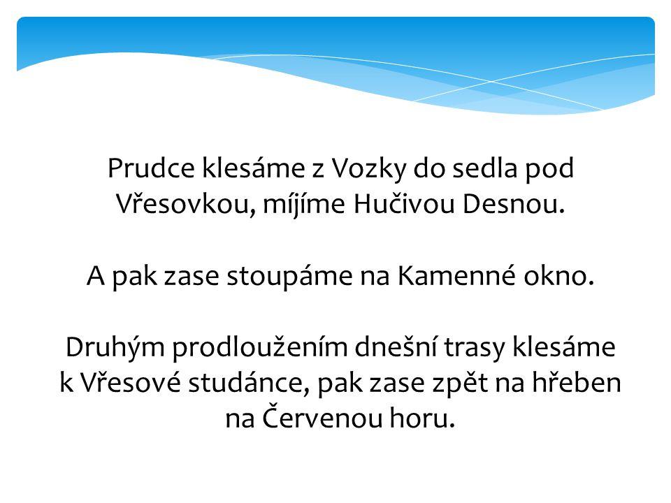 Prudce klesáme z Vozky do sedla pod Vřesovkou, míjíme Hučivou Desnou. A pak zase stoupáme na Kamenné okno. Druhým prodloužením dnešní trasy klesáme k