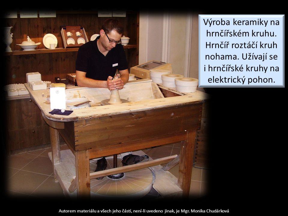 Výroba keramiky na hrnčířském kruhu. Hrnčíř roztáčí kruh nohama. Užívají se i hrnčířské kruhy na elektrický pohon.