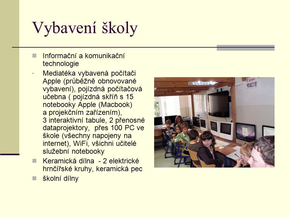 Vybavení školy Informační a komunikační technologie Mediatéka vybavená počítači Apple (průběžně obnovované vybavení), pojízdná počítačová učebna ( poj