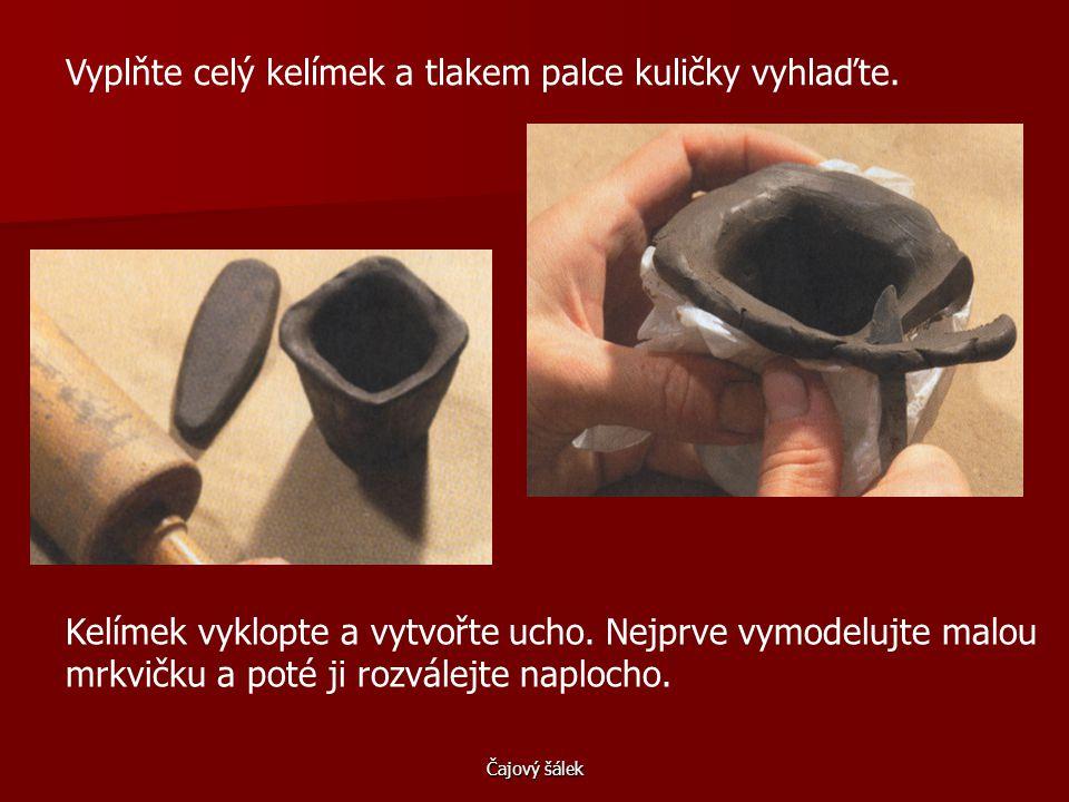 Čajový šálek Hlínu natrhejte na kousky a vyválejte z nich kuličky.