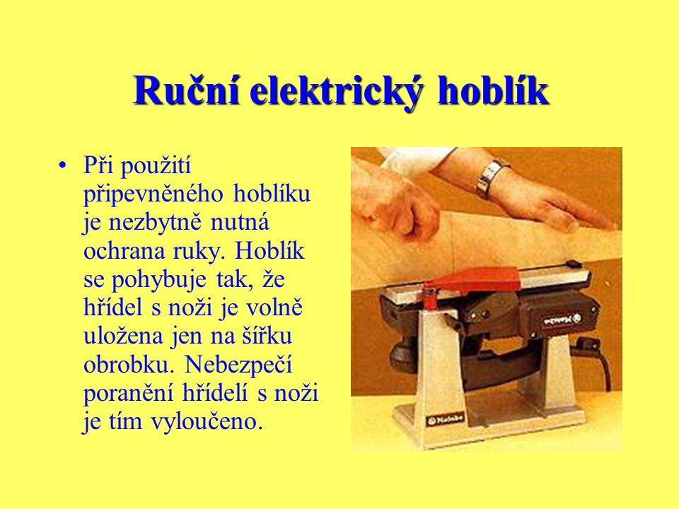 Ruční elektrický hoblík S chybně nastaveným nožem a příliš rychlým posunem se nedocílí dobrého výsledku. Jednotlivé tahy hoblíku jsou zřetelně patrný.