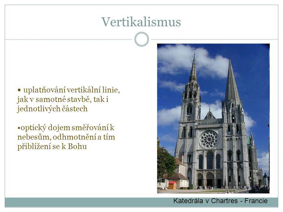 Katedrála v Chartres - Francie uplatňování vertikální linie, jak v samotné stavbě, tak i jednotlivých částech optický dojem směřování k nebesům, odhmotnění a tím přiblížení se k Bohu Vertikalismus