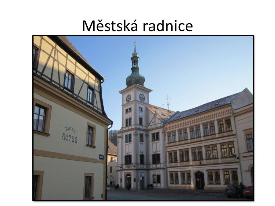 Městská radnice barokní sloh (klenby) kamenný městský znak hodiny výstavba v roce 1682 (14 let)