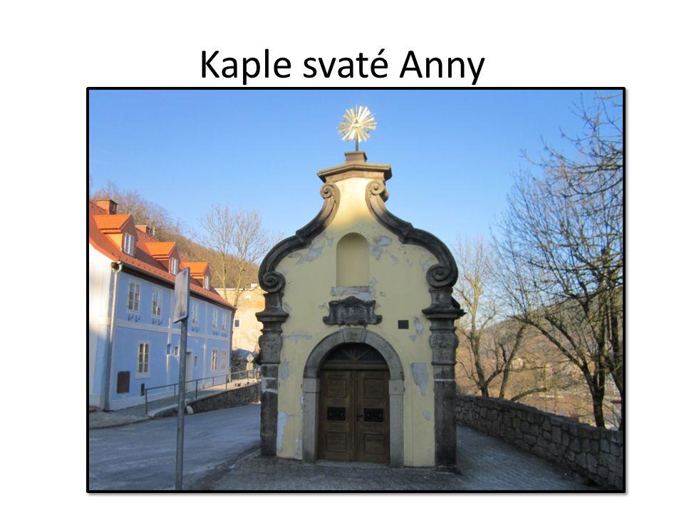 Kaple svaté Anny je před vstupem do města postavena v roce 1744 výraz díků, že město bylo ušetřeno drancování