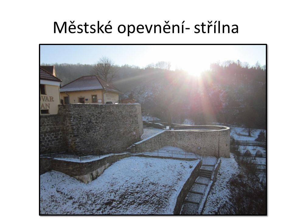Městské opevnění- střílna obrana města chránil přechod řeky Ohře na cestě z Chebu do Karlových Varů
