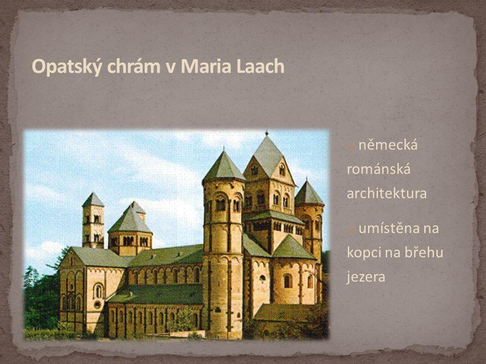 o německá románská architektura o umístěna na kopci na břehu jezera