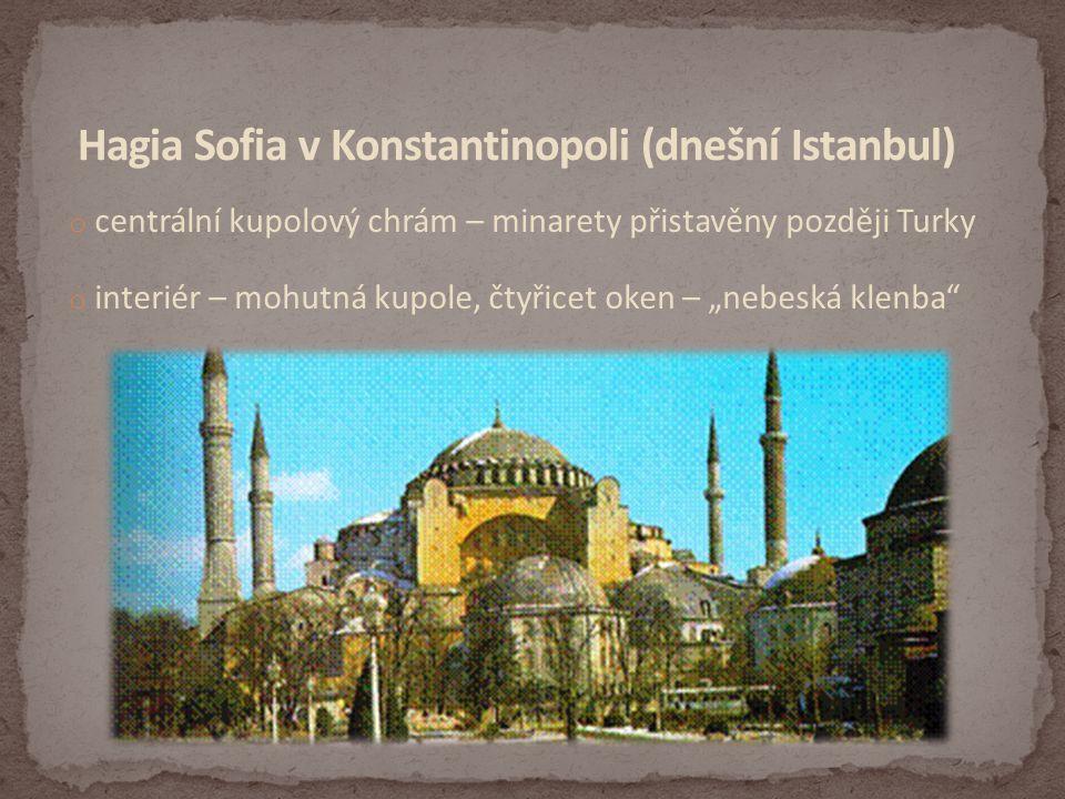 """o centrální kupolový chrám – minarety přistavěny později Turky o interiér – mohutná kupole, čtyřicet oken – """"nebeská klenba"""