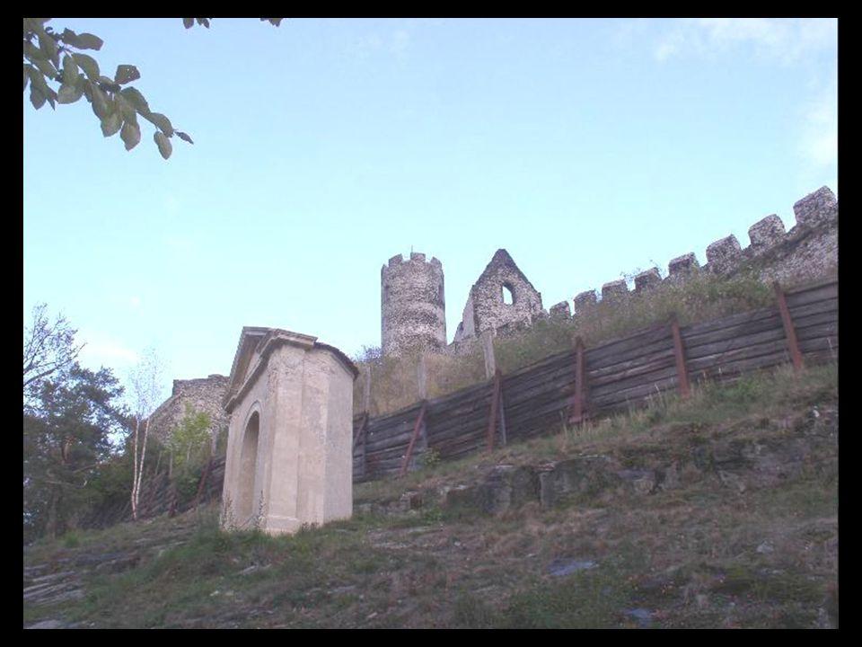 Purkrabský palác Raně gotická architektura kaple Panny Marie Severní nádvoří horního hradu Lavice v kapli Panny Marie