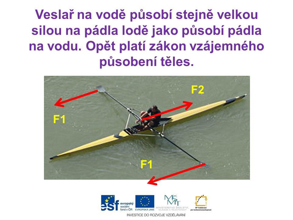 F1 F2 Veslař na vodě působí stejně velkou silou na pádla lodě jako působí pádla na vodu. Opět platí zákon vzájemného působení těles.