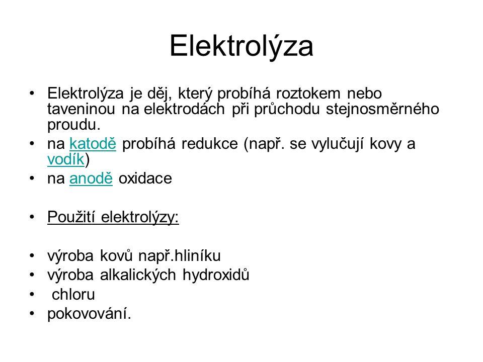 Elektrolýza Elektrolýza je děj, který probíhá roztokem nebo taveninou na elektrodách při průchodu stejnosměrného proudu. na katodě probíhá redukce (na