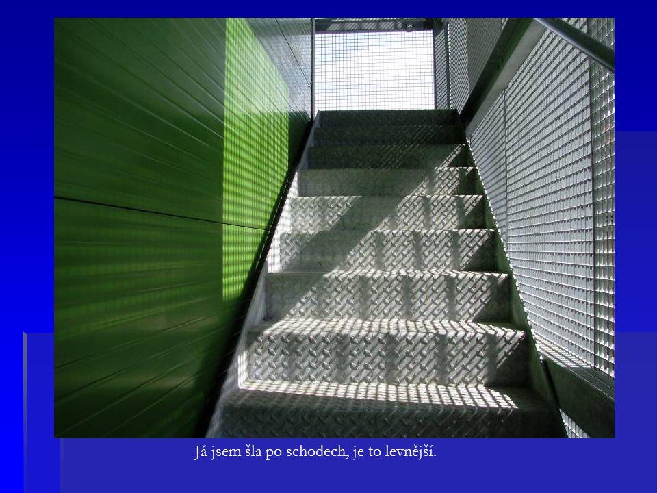 Já jsem šla po schodech, je to levnější.